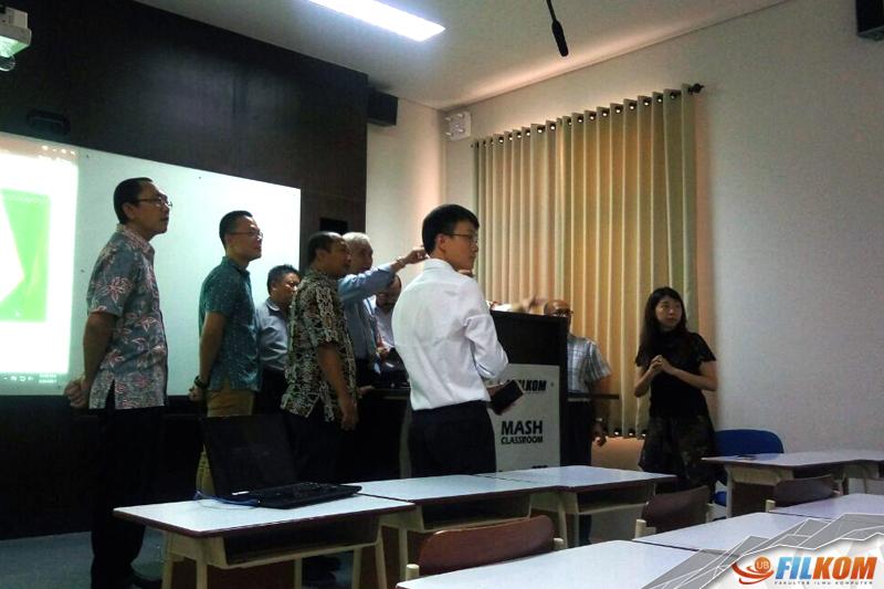 01_Rektor_UB_mencoba_langsung_teknologi_MASH_Classroom